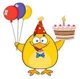 Chick Holding Up amarillo lindo globos y torta de cumpleaños coloridos Imagen de archivo libre de regalías