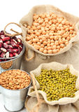 Chick-pea, mung φασόλια, νεφρό-φασόλια στους σάκους που απομονώνονται στο whi Στοκ Εικόνα