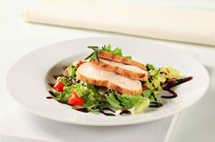 Chicken breast with green salad Royalty Free Stock Images