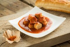 Free Chicken Curry Sausages Served On A Plate With Spices. Food For Hot Meal Lovers Royalty Free Stock Photos - 215501448