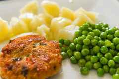 Chicken cutlet with green peas Royalty Free Stock Photos