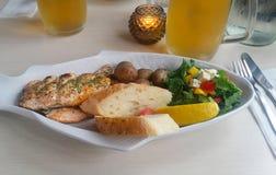 Chickenbreast с хлебом грибов и salat с фета Стоковые Фотографии RF