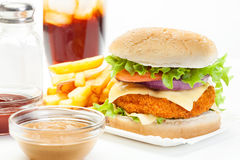 Chickenburger和杯与冰的可乐 免版税库存图片