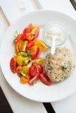 Chickenburger met tomatensalade Royalty-vrije Stock Fotografie