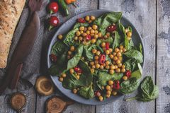 Chickpea και veggies σαλάτα με τα φύλλα σπανακιού, υγιή σπιτικά vegan τρόφιμα, διατροφή στοκ φωτογραφία με δικαίωμα ελεύθερης χρήσης