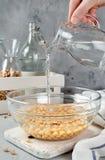 Chickpea που ενυδατώνεται στο νερό σε ένα κύπελλο γυαλιού Στοκ εικόνα με δικαίωμα ελεύθερης χρήσης
