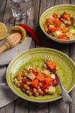 Chickpea σαλάτα με την κολοκύθα, φέτα, το μαϊντανό και τα τσίλι Στοκ Φωτογραφίες