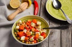 Chickpea σαλάτα με την κολοκύθα, φέτα, το μαϊντανό και τα τσίλι Στοκ φωτογραφία με δικαίωμα ελεύθερης χρήσης
