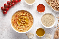 Chickpea το επίπεδο hummus βάζει με τα ingridients, υγιή πρωτεϊνικά τρόφιμα πρόχειρων φαγητών διατροφής φυσικά χορτοφάγα Στοκ εικόνες με δικαίωμα ελεύθερης χρήσης