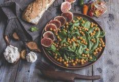 Chickpea, φύλλα σπανακιού και χορτοφάγος σαλάτα σύκων, τυρί κρέμας, υγιή σπιτικά vegan τρόφιμα, διατροφή στοκ εικόνα