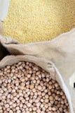 chickpea Pois chiches et millet organiques dans le sac Grains de pois chiche dans un sac Photographie stock