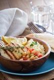 Chickpea sałatka, cous-cous i piec na grillu ser, Zdjęcie Stock
