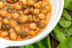 Chickpea stew με το σπανάκι potaje Εύγευστο πιάτο κουταλιών για το φθινόπωρο και το χειμώνα στοκ εικόνες