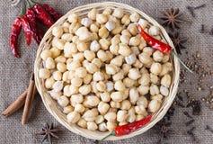 Chickpeas και καρυκεύματα. Συστατικά για τα ινδικά τρόφιμα. Στοκ Εικόνες