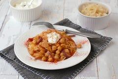 Chickpeas με το λάχανο, το γιαούρτι και το πιπέρι, μπροστινή άποψη Στοκ Εικόνες