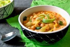 Chickpeas με το πράσο, το γιαούρτι και το πιπέρι, μπροστινή άποψη Στοκ Εικόνα
