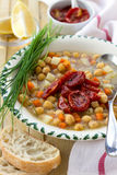 Chickpeas σούπα με τις ξηραμένες από τον ήλιο ντομάτες Στοκ Φωτογραφία