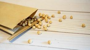 Chickpeas w papierowej torbie na drewnianym tle zamykają w górę Tak?e zna? jako garbanzo fasole fotografia stock