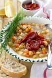 Chickpeas zupni z słońce wysuszonymi pomidorami Fotografia Stock
