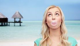 Chicle feliz de la mujer o del adolescente en la playa Imagenes de archivo