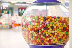 Chicle multicolor con muchos sabores en el dispositivo imagenes de archivo