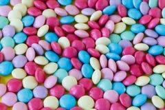 Chicles multicolores de los gumballs del arco iris como fondo Foto de archivo libre de regalías