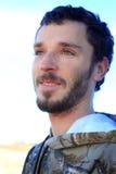 Chico del campo con los ojos sonrientes Imagen de archivo libre de regalías