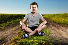 Chico del campo en un paisaje rural Fotografía de archivo libre de regalías