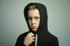 Chico malo adolescente con la catapulta y el corte de pelo elegante, tiro del estudio Fotografía de archivo libre de regalías