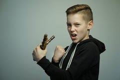 Chico malo adolescente con la catapulta y el corte de pelo elegante, tiro del estudio Imágenes de archivo libres de regalías