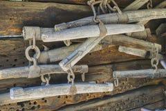 Chicote de fios anunciando, ferramentas agrícolas velhas foto de stock royalty free