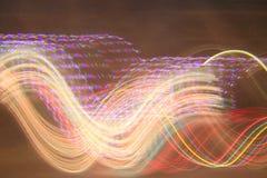 Chicotes da luz através do céu noturno fotografia de stock