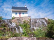 06/17/2018 Chicoutimi, Saguenay魁北克,加拿大 经受一次惨败洪水的小的房子成为了perse的标志 免版税图库摄影