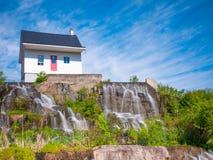 06/17/2018 Chicoutimi, Saguenay Quebec, Canada La piccola casa che è stato fino ad un'inondazione disastrosa si è trasformata in  Immagine Stock Libera da Diritti
