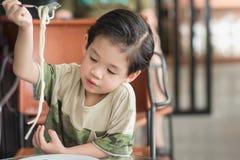 Chid asiatique mignon mangeant des spaghetti Carbonara Photos libres de droits