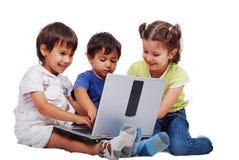Chidren aktiviteter på bärbar dator Arkivfoto