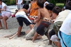 Chidren que joga na praia fotografia de stock royalty free