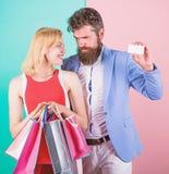 Chieda all'uomo di acquistare i lotti presenta per l'amica Pagamento della datazione di attimo Coppie con le borse di lusso nel c immagini stock