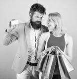 Chieda all'uomo di acquistare i lotti presenta per l'amica Pagamento della datazione di attimo Coppie con le borse di lusso nel c immagine stock