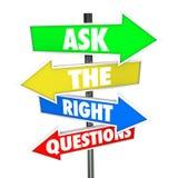 Chieda le risposte del ritrovamento dei segni della freccia di domande di destra Immagine Stock Libera da Diritti