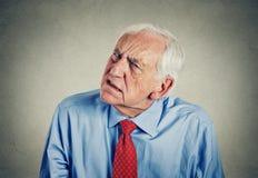 Chiedere la parola sordo dell'uomo senior su non può sentire immagini stock libere da diritti