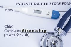 Chief complaint sneezing. Paper patient health history form, on which is written the complaint sneezing as the main reason for vis Stock Images
