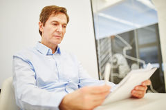 Chief executive reads notes very concentrated Royalty Free Stock Photos