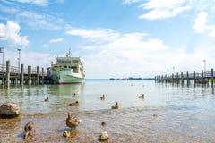 Chiemsee湖轮渡船在人` s海岛Herreninsel,巴伐利亚,德国靠了码头 免版税库存图片
