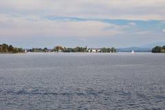 Chiemsee com ilha de Frauenchiemsee em uma distância Fotos de Stock Royalty Free
