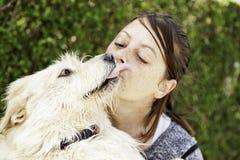 Chien d'embrassement de femme Photo libre de droits