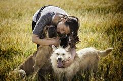 Chien d'embrassement de femme Photographie stock libre de droits