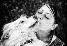 Chien d'embrassement de femme Photos libres de droits