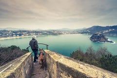Chien d'homme et de berger allemand voyageant ensemble Photos libres de droits