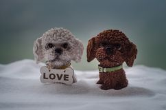 Chien de jouet - un symbole de la nouvelle année sous la neige dans la perspective du sapin s'embranche Le chien de jouet comme s Images stock